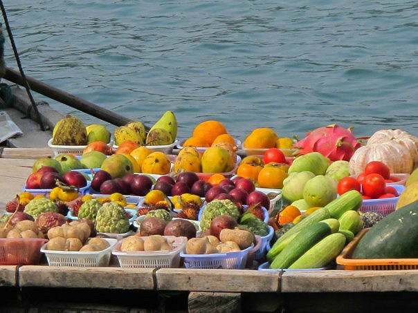 Fresh produce—including mangosteen in the middle—makes its way through Halong Bay.