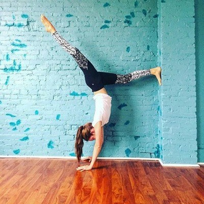 Thursday night got us like…. #iamwellandgood #handstand #regramlove @bakinlengthentone