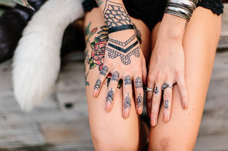 Stocksy-Hand-Henna-Tattoos-Kristen-Curette-Hines