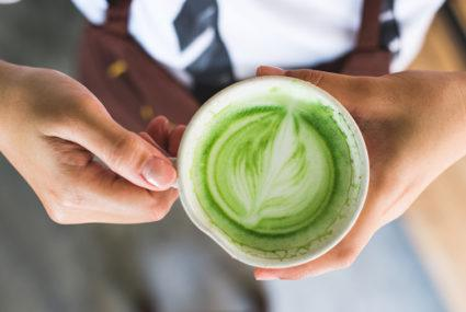 3 inflammation-fighting beverages wellness influencers love to drink