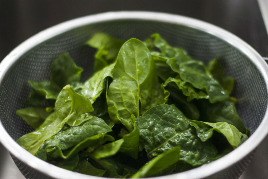 eat spinach for healthy hair
