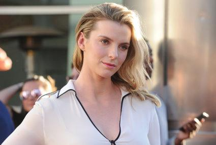 "The 6-ingredient green smoothie that gives ""GLOW"" star Betty Gilpin her, well, glow"