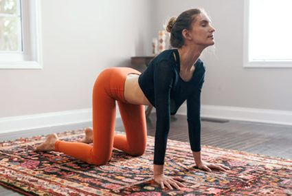Yogis, you can turn your cat cows into a quick core workout with these 3 abs-burning moves