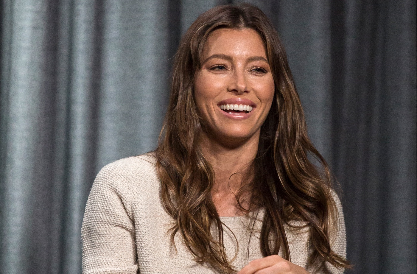 Jessica Biel breaks a sweat with these wild single-leg skater squats—and now so do I