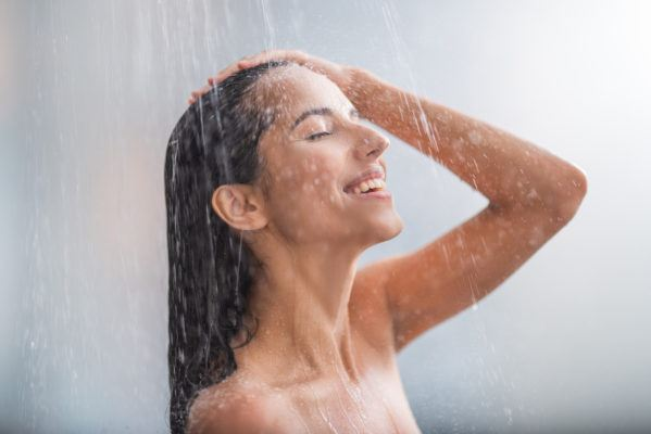 The 2-minute shower routine that a derm and acupuncturist say will jolt you awake