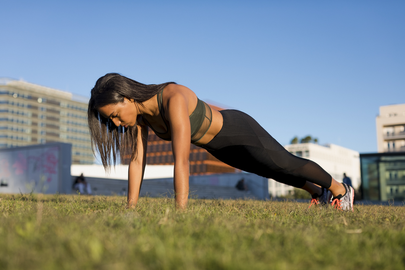 'Grasshopper Push-Ups' Target Hard-to-Hit Obliques (and TBH, Just About Every Other Muscle)