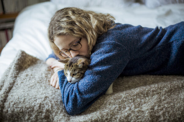 9 Tips for Grieving the Loss of a Pet During the Pandemic, According to a Grief Specialist