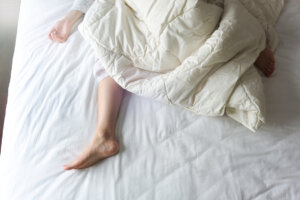 The 3 Best Under-the-Covers Bed Fans for People Who Sleep Hot No Matter What