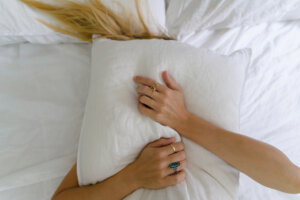 7 Pillows Experts Swear By To Prevent Tossing and Turning
