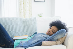 Here's How Long Your Nap Needs To Be in Order To Ease Symptoms of Sleep Deprivation